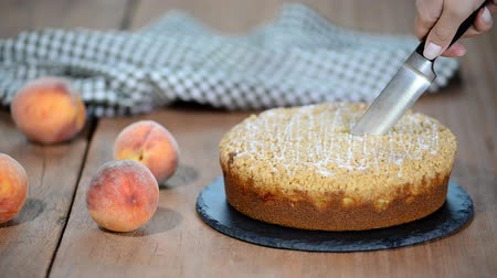 абрикосы : Cutting a piece of peach crumble cake. Стоковые видеозаписи
