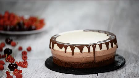 bolo de queijo : Decorating triple chocolate mousse cake.