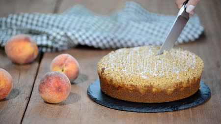 brzoskwinia : Cutting a piece of peach crumble cake. Wideo