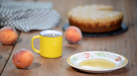 нектарин : Slice of fresh homemade peach cake.