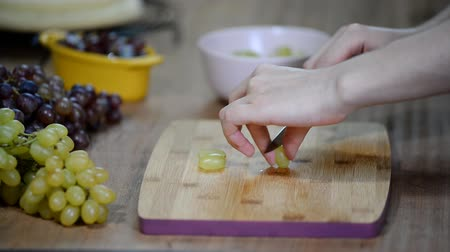 winogrona : Chef sliced grapes on a cutting board Chefs hands Wideo