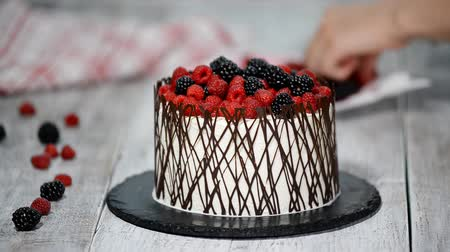 чизкейк : Decorate the cake with berries and chocolate. Homemade cake.