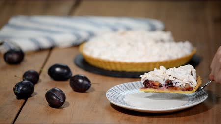 beyazlar : A piece plum the cake with meringue. Stok Video
