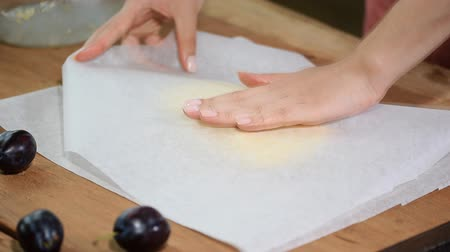 alaplap : Roll out dough between two layers of baking parchment