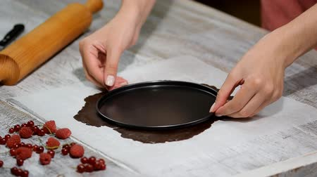 canela : Roll out the dough for cakes. Making chocolate layer cake.