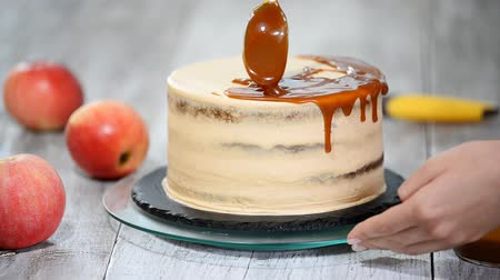 çırpılmış : Delicious apple cake decorating with homemade caramel sauce