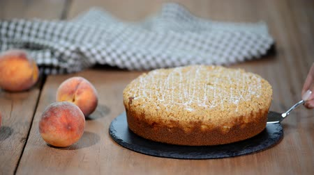 абрикосы : Cutting a piece of peach crumble cake