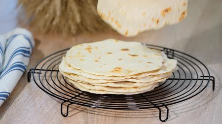pan pita : Pila de tortillas caseras. Archivo de Video