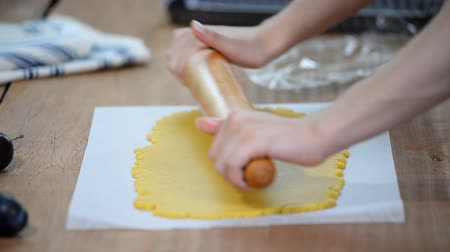 cidra : Roll out shortcrust pastry dough . Making Plum Pie. Vídeos