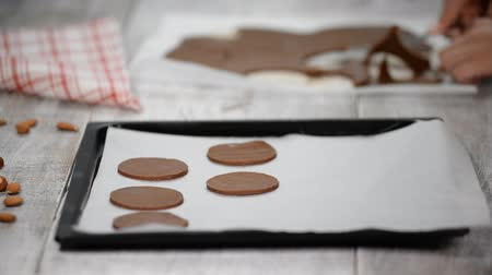 pergamen : Put raw chocolate cookies on a baking tray with parchment paper, ready for bake.