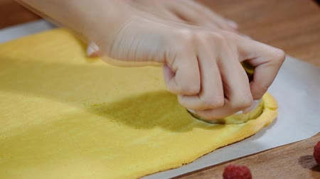 šlehačka : Female hands cutting and preparing cake. Dostupné videozáznamy