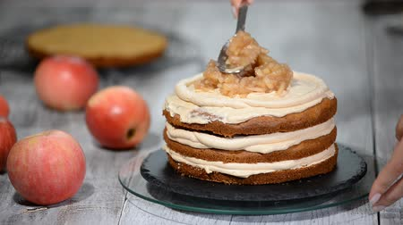 gąbka : The process of assembling the apple cake.
