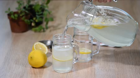 sürahi : Female hand pouring homemade lemonade in jar
