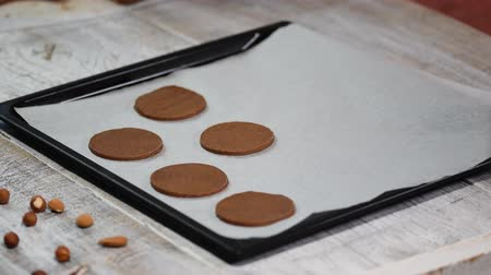 parşömen : Put raw chocolate cookies on a baking tray with parchment paper, ready for bake.