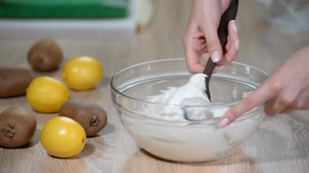 кнут : Female hands, mix the cream in the glass bowl with spatula. Стоковые видеозаписи