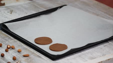 aveia : Put raw chocolate cookies on a baking tray with parchment paper, ready for bake.