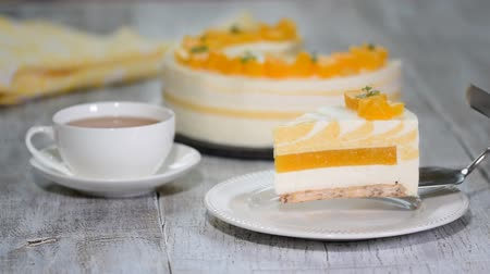 bolo de queijo : Peach mousse cake served with peaches.