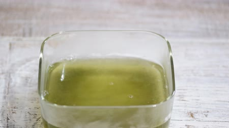 колебание : Pouring hot water. Making green jelly.Stir jelly in the glass bowl. Стоковые видеозаписи