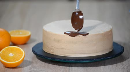 šlehačka : Chocolate icing on the cake. Modern Cake. Confectioner decorate a cake.