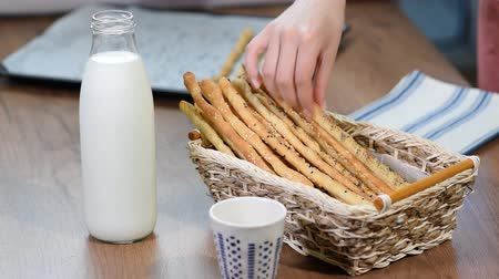 kalium : Grissini Breadsticks, Sesam-Covered Bread Sticks. Vers brood stokken in een mand. Stockvideo