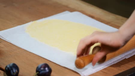parşömen : Roll out dough between two layers of baking parchment. Stok Video