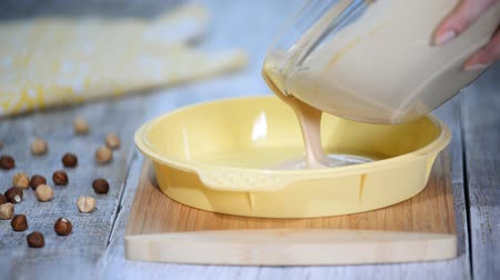 caramelo : Pouring caramel mousse into silicone mold.