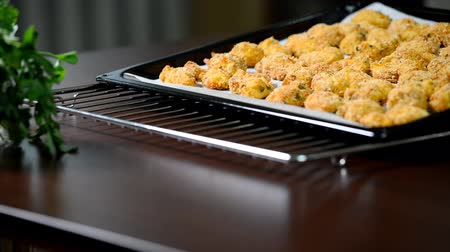 batatas fritas : Freshly baked chicken strips on a baking sheet.