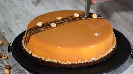 чизкейк : Decorate the caramel mousse cake with a gold leaf. Стоковые видеозаписи