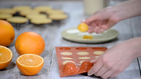 jelatin : Hands taking orange filling out of a flexible silicone mold.