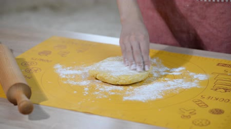 pekař : Womans hands roll the dough. Cooking Quiche Lorraine on the kitchen