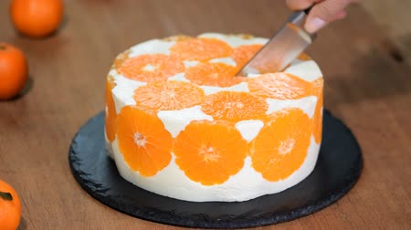 желатин : Cutting the Orange Mousse Cake.