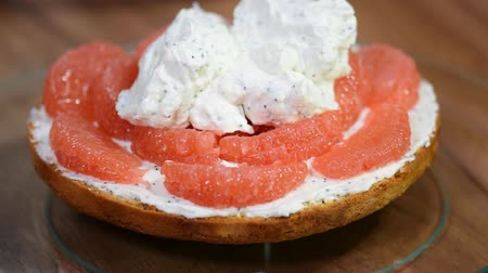 組み立てる : Confectioner prepares Layer Cake. Homemade cake with grapefruit. Putting whipped cream on the cake