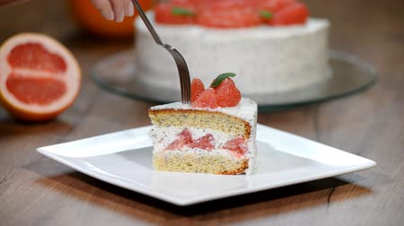 makowiec : A piece of homemade grapefruit cake. Wideo