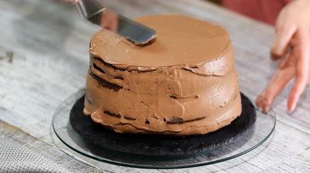 libras : Process of cooking chocolate sponge cake.