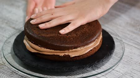 caramelo : Chocolate sponge cake with cream and caramel. Cooking process.