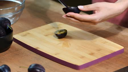 śliwka : Woman cooking and cutting plum on wooden cutting board. Preparing healthy food. Wideo