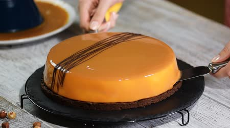 dilimleri : Step by step. Making mousse cake with caramel mirror glaze. Series.