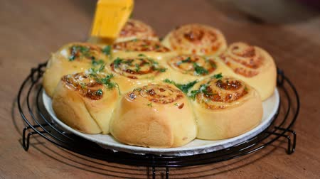 багет : Yeast rolls buns with parmesan cheese. Brush buns with a melting butter and dill. Стоковые видеозаписи