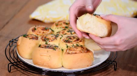 пармезан : Yeast rolls buns with parmesan cheese.