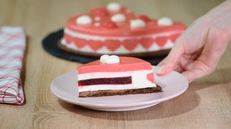 мусс : Slice of strawberry cake with white chocolate mousse.