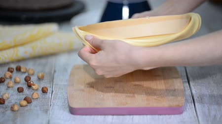 caramelo : Hands taking mousse cake out of a flexible silicone mold. Vídeos