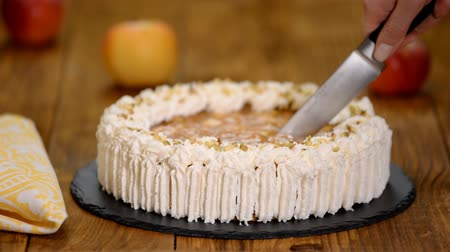 šlehačka : Cutting delicious cake with apple and whipped cream filling
