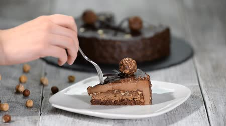 мусс : Piece of chocolate mousse cake with hazelnut on the plate.