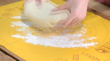 korsó : Sprinkle flour on the dough. Making yeast buns on the kitchen.
