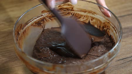 sirup : Woman stirring delicious chocolate cream in bowl with spatula on table. Dostupné videozáznamy