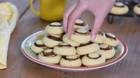 готовые к употреблению : Shortbread cookies in form of mushrooms. Sweet cookies in bowl Стоковые видеозаписи