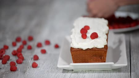 buzlu : Pound cake with fresh raspberries. Raspberry Cake for holidays. Stok Video