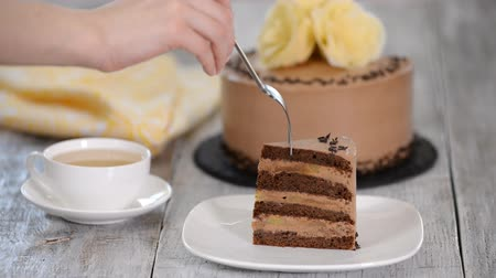 fondán : Piece of chocolate cake with banana.