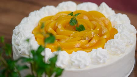 shovívavost : Pastry chef decorated with mint homemade cream peach cake with mint