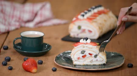 pavlova : Meringue roll cake. Homemade Meringue Cake with blueberries and strawberry Stock Footage